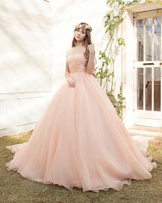 優しいサーモンピンクが大人可愛いカラードレス。エアリーなオーガンジーを贅沢に使いました。たっぷり感とふんわり感が女の子らしい印象に!ドレープ感が華やかに大切