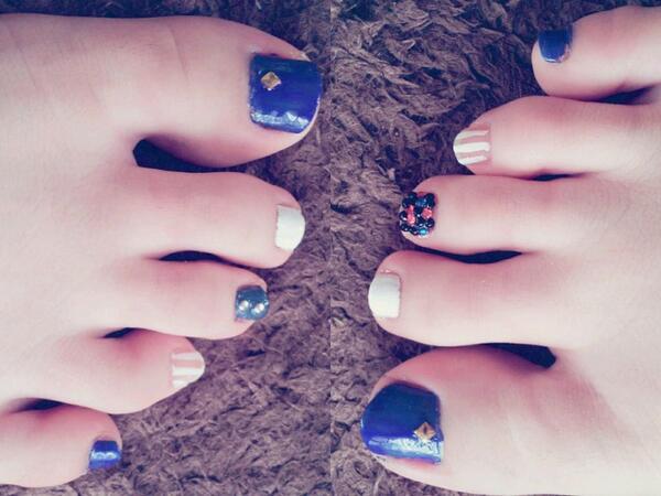 青と白で夏っぽく\(^o^)/⌒☆ フットネイル http//t.co/CdPkDdTKyR