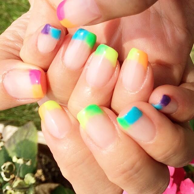 【夏ネイル】ポップで可愛い♡とってもカラフルな『虹色ネイル』のデザインカタログ♪