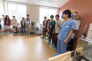 続いては動物医療センターの見学の様子を覗いてみましょう。こちらでは普段動物医療センターでゼミ活動を行っている5年生の皆さんに案内をしてもらいました。この部屋はリハビリテーション室。主に獣医保健看護学類の学生が使用します。