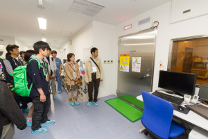 こちらはMRI検査室です。犬や猫も人間と同じようにMRIやCT、レントゲンを撮ります。また、本学には「画像診断学ユニット」があり、ここに所属している獣医学類の学生さんは、画像診断を専門に学んでいます。