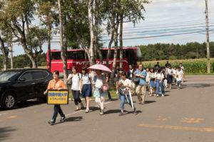 台風による雨が心配されていましたが、当日はまさかの晴天!本学ではオープンキャンパス時のみ札幌駅・新札幌駅から無料送迎バスを運行しています。バスから受付までも酪農大生があんないしてくれます。