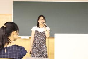こちらは食と健康学類の会場です。千葉県出身のこの先輩は、食品に興味があり、その中でも食品について実習が多く、実践的に学ぶことが出来るという理由で本学を志望したそうです。お話の中では乳製品や肉製品の実習で作ったアイスやベーコン、ソーセージの写真も見せてくれました。実習で作ったものは各自持ち帰ることができるので、一人暮らしの先輩にとってはかなり嬉しい実習のようです。また、現在進めている研究内容を高校生のみなさんにもわかりやすく説明してくれました。