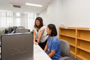 女子寮内にあるPC室は24時間使い放題。テスト前のレポート作成時には大活躍です。