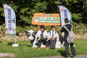 空いた時間にはモーモーベンチで記念撮影!本学ならではの牛のベンチです。