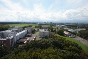 こーんな景色!天気がよかったので、札幌ドームも見えました!緑が多くてとっても広いキャンパスなんですよ~!