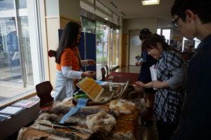 環境共生学類の学生スタッフが、動物の毛皮や骨を持ってきてくれました。「これは鹿の毛で、冬毛と夏毛なんですよ~」、「これはアライグマの毛で~…」と詳しい説明付。高校生の皆さんは普段触ることのない動物の毛皮やその用途にびっくりしていました。