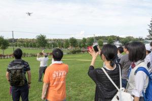 また、オープンキャンパスを見ていた環境共生学類の教員が急遽ドローンの飛行も行ってくれました。このドローンを使ってどんな研究をしているのか、気になりませんか?