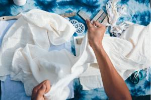 染製圍巾前產生的細緻花紋來自水孔蓋壓印、彈珠綑綁和木棍夾的互相搭配。