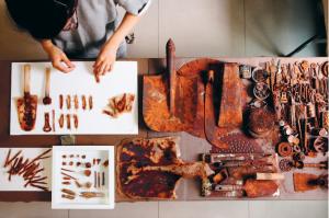 左上為鏽染蠶絲烏干紗的作品,右邊的鐵器則蘊藏無數個贈與者的感情。