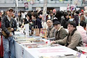 最資深的同人誌團隊,在最年輕的同人誌集會場合,相片中 四位男士,含筆者(圖左戴鴨舌帽),歲數逼近200歲。