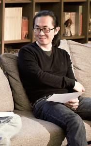 阮光民 台灣漫畫家,2002年為偶像劇《名揚四海》繪製 同名改編漫畫,2009年《東華春理髮廳》劇漫獎 首獎,並在2012年改編成連續劇,為台灣本土原 創漫畫改拍成電視劇的首例。重新用漫畫詮釋舞台 劇《人間條件四──一樣的月光》。