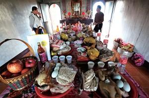 除夕當天早上必舉行祭祖儀式。
