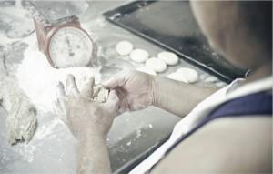 流傳一百多年的擔水果餅習俗,由餅鋪第三代接手重新改造。