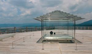 透明玻璃茶屋佇立在山頭,看似什麼皆無,實則自然運行的變化就是最美、最有詩意的呈現。