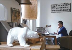 是餐桌也是書桌上,迎面就是一整片大窗戶與綠意。