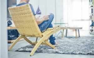 在家最常坐在客廳裡的 PP512 折疊椅(Folding Chair)上,看書、休憩或玩 iPad。怎麼坐都自在。