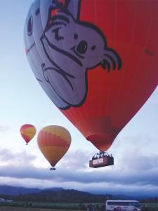 真的熱汽球會在空中移動十公里以上,不像臺灣會綁著繩子。