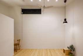 3階にある洋室は広さを感じさせるために、天井は勾配天井にして高さを取り広さが感じられます。