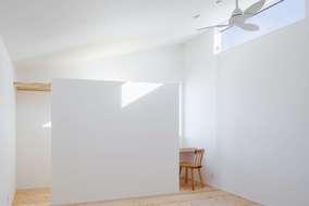 洋室には在宅ワークも可能なワークスペースを、作りました。