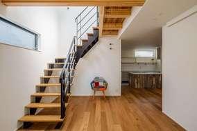ダイニングとリビングのスペースを作り生活空間の区切りを家具で作っていく間取りになっています。