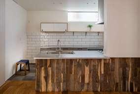 システムキッチンは製作品です。ポイントで小さい吊り戸棚はお施主様がネットから探してきた吊り戸です。