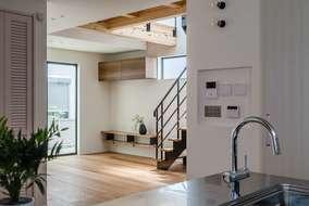キッチンから覗き込んだリビングスペースです。吹き抜けからの差し込む光がいい感じです。