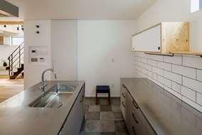 二型のキッチンになります。床にはタイルを張りました。