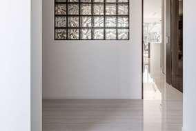 玄関を入ると壁には、ガラスブロックを入れて「人の気配」・「光」を感じられるようにしています。