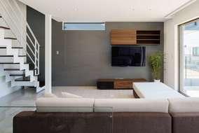 リビングの大きさは25帖あります。床材は石目調のフローリング鏡面仕上げを使っています。