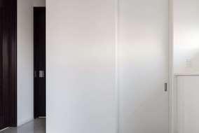 玄関につながるシューズクロークの入り口になります。たくさんの収納でき備蓄品もおける広さになっています