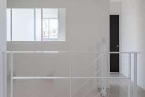 2階吹き抜け廊下は居室から光が入るように光窓をつけて明るい空間になるように設計の工夫をしています
