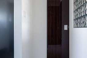 玄関の隣にあるトイレの入り口になります。重厚感のある扉をセレクトしています。
