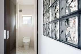トイレはタンクレスを使い単体手洗いをつけています。床にはお手入れが楽な素材を使っています。