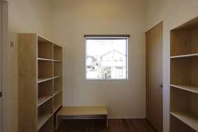大きい窓のある多目的スペースを作りました。造作の本棚・座卓を置き、子供たちのいい遊び場です。