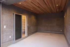 ご主人自慢のビルトインガレージ。壁には、木毛セメント板、天井はレッドシダー張りにしました。