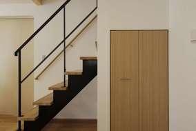 リビングにある造作鉄骨階段。黒のフレームが空間に映えてカッコイイです。