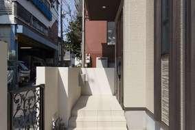 門扉はロートアイアンの扉を使いました、玄関まで向かう通路には 乱形石を使っています。