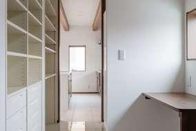 パントリー・家事室は キッチンとつながり洗面所まで廻れる動線の間取りになっています。