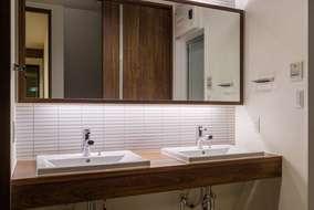 洗面化粧台は 製作した洗面化粧台です。天板はウォールナットを使っています。