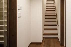 2世帯の2階部分の玄関になります。玄関の横には大きなシューズクロークが付いています。