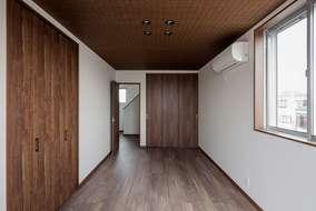 居室の天井には麻のクロスを張っています。