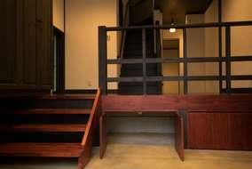 玄関土間上、スキップフロア風にステージを組みました。ステージ下は物入として使えます。