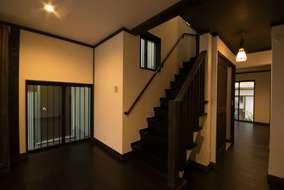 1階の床は唐松の塗装仕上げ、建具は無垢材にこだわりました。アンテーク調のペンダント照明が似合います。