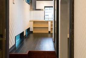 居間の入口階段は引出し収納になっています。少しのスペースも無駄にしないアイデアです。