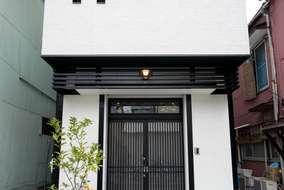 外観は大正ロマン風にこだわり、白と黒でまとめました。玄関の欄間がアクセント。