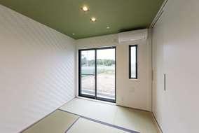 抹茶色の天井は和紙を採用。 冬は床暖房で、畳もあったかです。