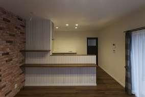 ヴィンテージ加工をした木材を張ったキッチンカウンター。 お施主様こだわりのスペースになりました