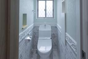 ニッチとモールを施したお店みたいな個性的なトイレ。