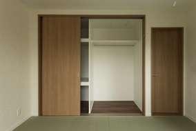 収納内の棚もお施主様としっかりと打ち合わせ。住む人に合わせた使い勝手の良い収納にしています。